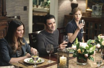 Odette Yustman, Gilles Marini e Rachel Griffiths nell'episodio Safe at Home di Brothers & Sisters