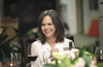 Sally Field nel ruolo di Nora Walker nell'episodio Safe at Home di Brothers & Sisters