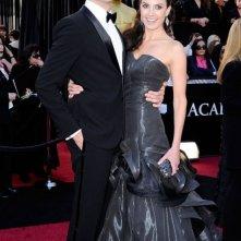 Armie Hammer e la moglie Elizabeth Chambers sul red carpet degli Oscar 2011