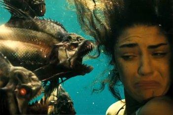 Jessica Szohr in un momento tragico di Piranha 3D