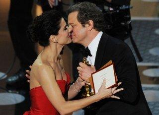 Oscar 2011: Sandra Bullock consegna l'Oscar a Colin Firth, miglior interpretazione maschile per Il discorso del Re