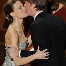 Oscar 2011, Tom Hooper accetta il premio da Hilary Swank per Il discorso del Re
