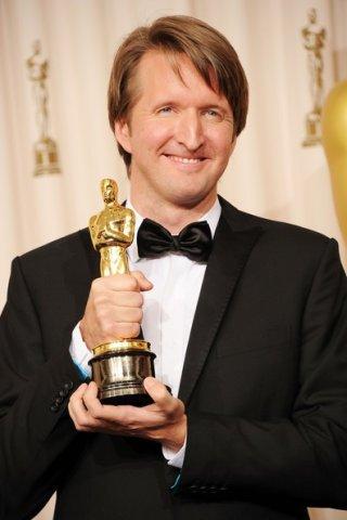 Tom Hooper con l'Oscar ricevuto per Il discorso del Re, nel 2011