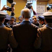 Toni Servillo (di spalle) nella scena dell'arresto nel film Il gioiellino