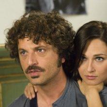 Guido Caprino e Anna Safroncik in una scena della seconda stagione della serie Il commissario Manara