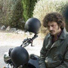 Guido Caprino motociclista in una scena della seconda stagione della serie Il commissario Manara