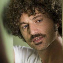 Un primo piano di Guido Caprino nella seconda stagione della serie Il commissario Manara