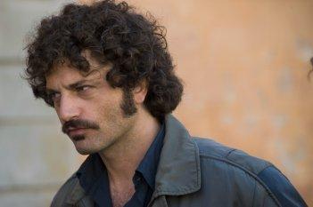 Un sospettoso Guido Caprino nella seconda stagione della serie Il commissario Manara