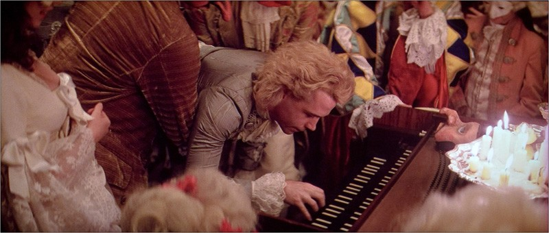 Tom Hulce in una scena del film Amadeus (1984)