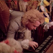 Tom Hulce in una scena del film Amadeus (1984)