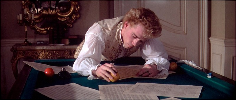 Tom Hulce in una sequenza del film Amadeus (1984)