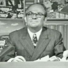 Alighiero Noschese imita il giornalista Mario Pastore.