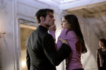 Elijah (Daniel Gillies) afferra con forza Elena (Nina Dobrev) nell'episodio Rose di Vampire Diaries