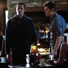 Stefan (Paul Wesley) parla con il Dott. Martin (Randy J. Goodwin) nell'episodio The House Guest di Vampire Diaries