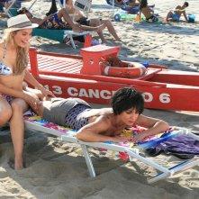 Claudia Zanella e Ambra Angiolini nel film Tutti al mare