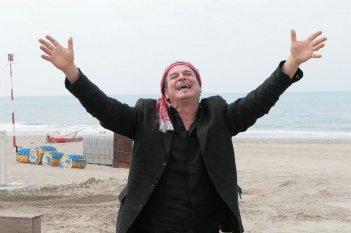 Ennio Fantastichini in una scena del film Tutti al mare