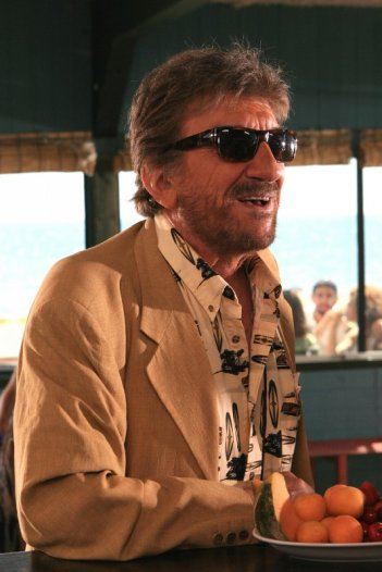 Gigi Proietti tra i protagonisti del film Tutti al mare