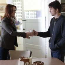 Jason Ritter e Laura Innes nell'episodio Inostranka di The Event