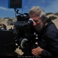Alberto Sironi sul set dell'episodio La caccia al tesoro de Il commissario Montalbano