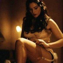 Monica Bellucci si sfila le calze nel film Malèna