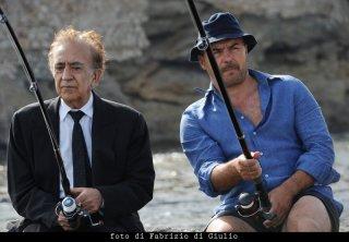 Tuccio Musumeci e Luca Zingaretti nell'episodio Il campo del vasaio de Il commissario Montalbano