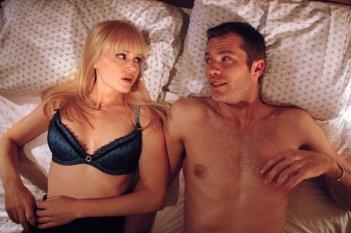 Carla Gugino con Timothy Olyphant in una scena del film Elektra Luxx