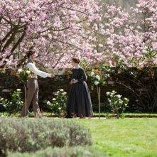Mia Wasikowska e Michael Fassbender in una scena romantica di Jane Eyre