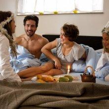 Noomi Rapace insieme al marito Ola in un quadretto familiare nel film Beyond
