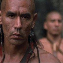 Wes Studi nel film L'ultimo dei mohicani (1992)