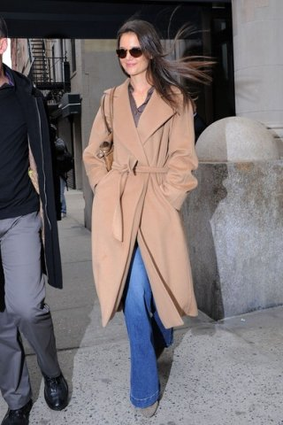 Katie Holmes lascia il suo appartamento di New York