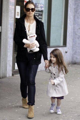 Katie Holmes porta sua figlia Suri dal Vera's Hamburgers in Vancouver