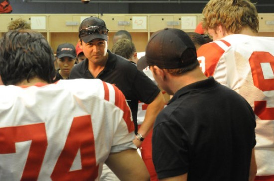 Kyle Chandler aka Coach Taylor in una scena dell'espisodio finale di Friday Night Lights Always