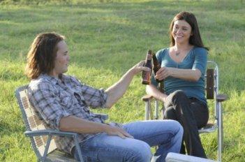 Taylor Kitsch e Adrianne Palicki in una scena dell'espisodio finale di Friday Night Lights Always