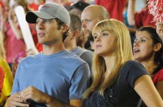 Zach Gilford e Aimee Teegarden in una scena dell'espisodio finale di Friday Night Lights Always