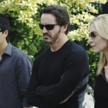 Charles Mesure, Elizabeth Mitchell e Zak Santiago in una faccia dell'episodio Uneasy Lies the Head di V