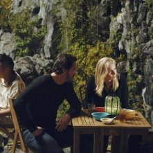 Charles Mesure, Elizabeth Mitchell e Zak Santiago nell'episodio Uneasy Lies the Head di V