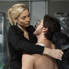Elizabeth Mitchell e Charles Mesure in una scena dell'episodio Uneasy Lies the Head di V