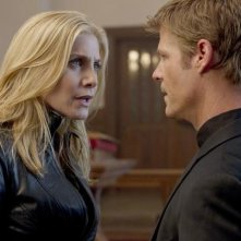 Elizabeth Mitchell e Joel Gretsch in una scena dell'episodio Unholy Alliance di V