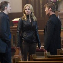 Jay Karnes, Elizabeth Mitchell e Joel Gretsch in una scena dell'episodio Unholy Alliance di V