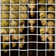 Lady Gaga in un ritratto formato da una serie di Polaroid