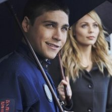 Logan Huffman e Laura Vandervoort in una scena dell'episodio Devil in a Blue Dress di V