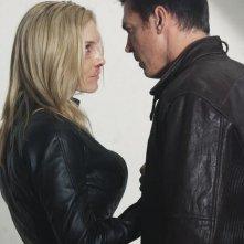 Nicholas Lea ed Elizabeth Mitchell nell'episodio Siege di V