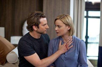 Abbie Cornish e Bradley Cooper in una scena del film Limitless