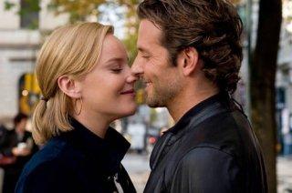 Abbie Cornish e Bradley Cooper in una tenera immagine del film Limitless