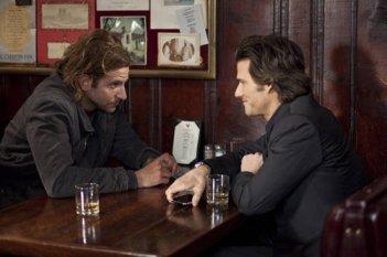 Bradley Cooper e Johnny Whitworth in una scena del thriller Limitless