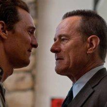 Matthew McConaughey con Bryan Cranston nel film The Lincoln Lawyer