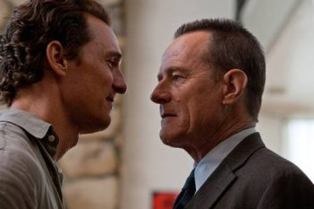 Matthew McConaughey con Bryan Cranston nel film The Lincoln Lawyer