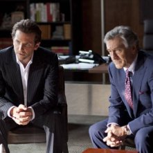 Robert De Niro e Bradley Cooper in una scena del thriller Limitless