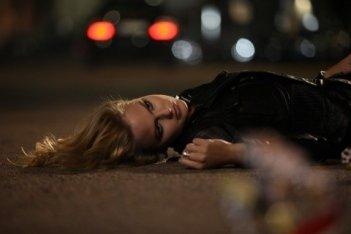 Alexandra Burman nella sua ultima scena in Sotto il vestito niente - L'ultima sfilata