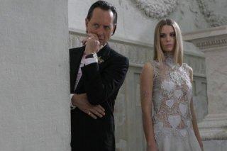 Richard E. Grant e Alexandra Burman nel thriller Sotto il vestito niente - L'ultima sfilata